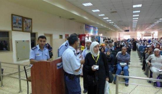 الاحتلال يمنع سفر 6 مواطنين من معبر الكرامة