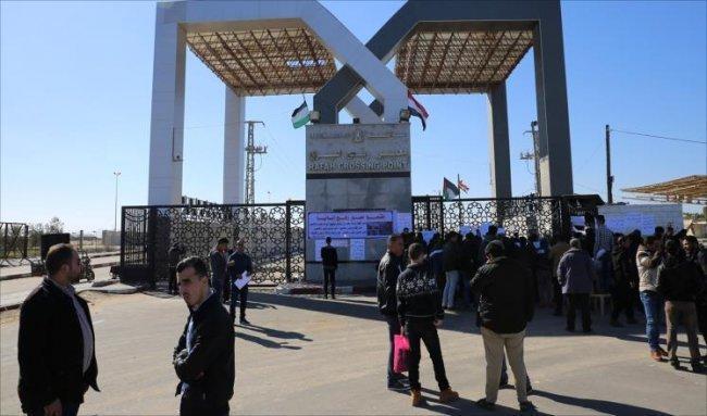 مصر تفتح معبر رفح للعائدين وللشاحنات التجارية غدا