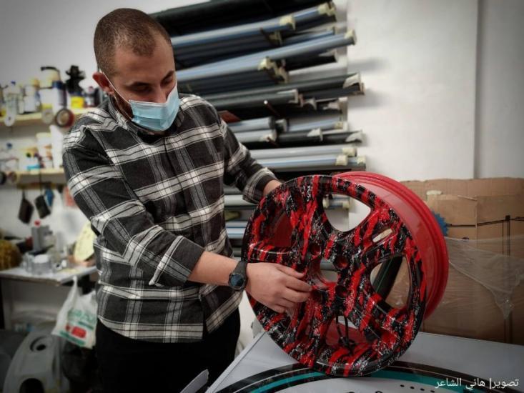 """""""عمر العسولي"""" يُدخل للمرة الأولى الطباعة المائية إلى قطاع غزة"""