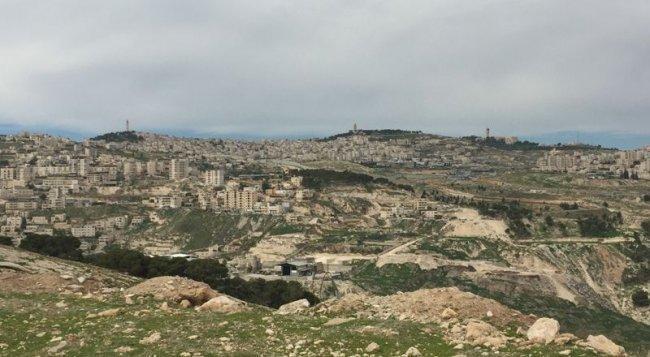 سلطات الاحتلال تمدد قرار وضع اليد على عدة دونمات جنوب نابلس