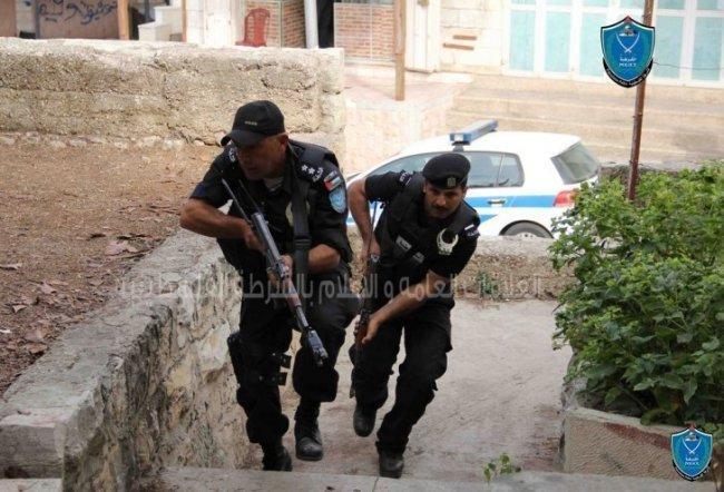 """الشرطة تحذر تجار الخليل من مركبة """"سبارو"""" يتجول فيها لصوص"""