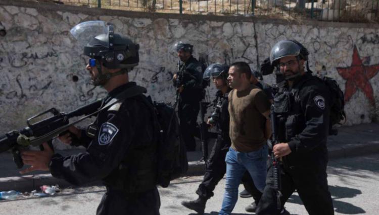 الاحتلال يعتقل 3 شبان مقدسيين ويمدد اعتقال آخر