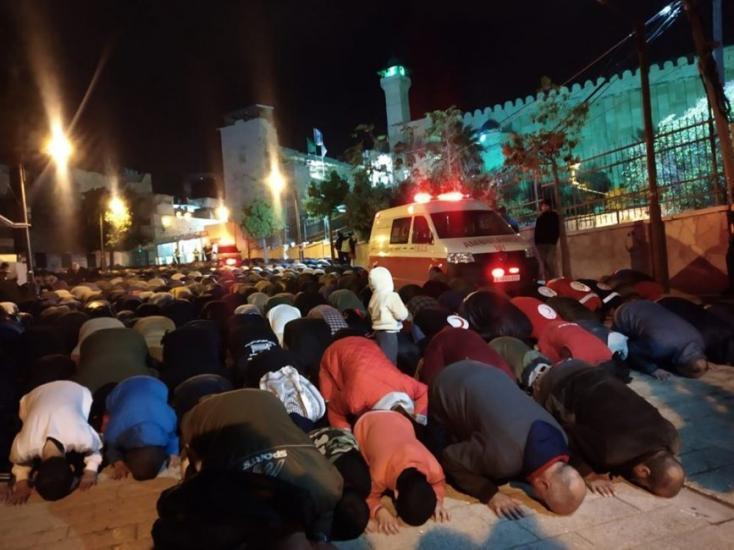 الآلاف يؤدون صلاة الفجر في الحرم الإبراهيمي