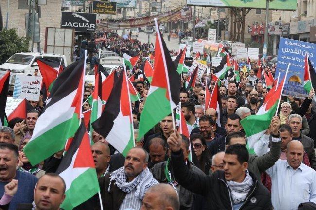 القوى الوطنية تطالب بمحاسبة المتورطين ببيع أراضِ للاحتلال