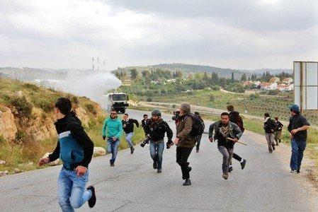 احتراق أراض زراعية وعشرات حالات الاختناق في مسيرة بلعين