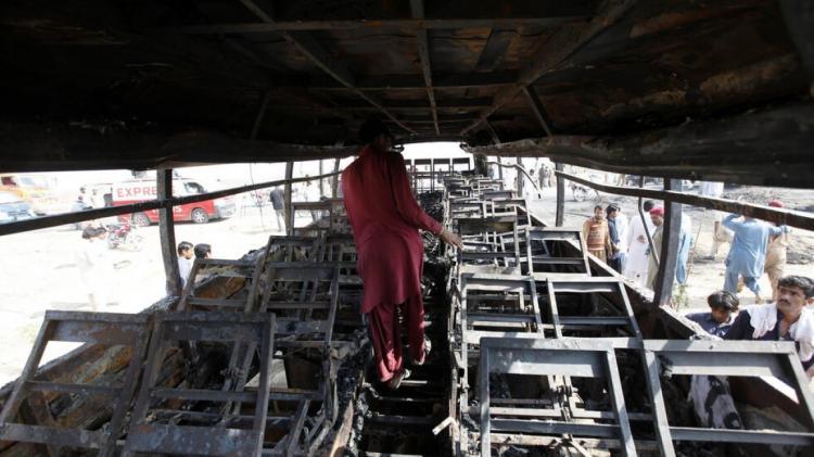 20 قتيلاً و50 جريحاً جراء حادث مروري مروع في باكستان