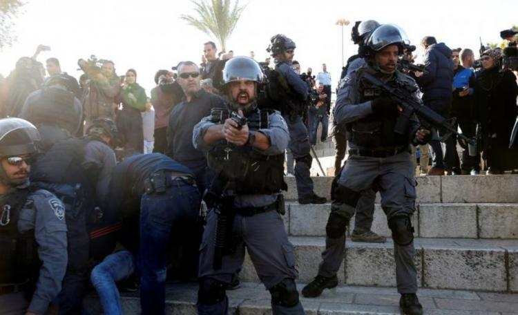 إصابات واعتقالات خلال مواجهات في باب العامود بالقدس