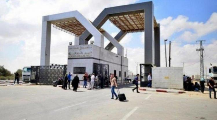 معلمون من غزة منعتهم مصر من السفر للكويت يناشدون بالتدخل لحل قضيتهم