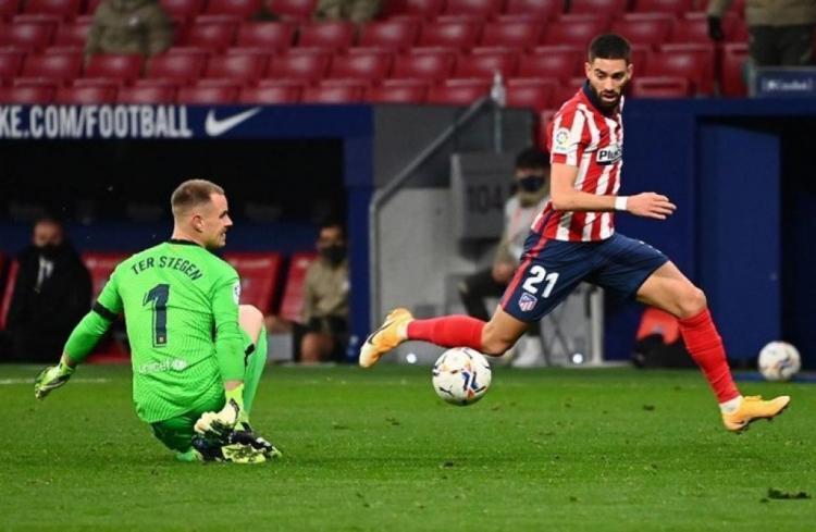 أتليتيكو مدريد يحقق فوزا ثمينا على برشلونة ويرتقي للصدارة
