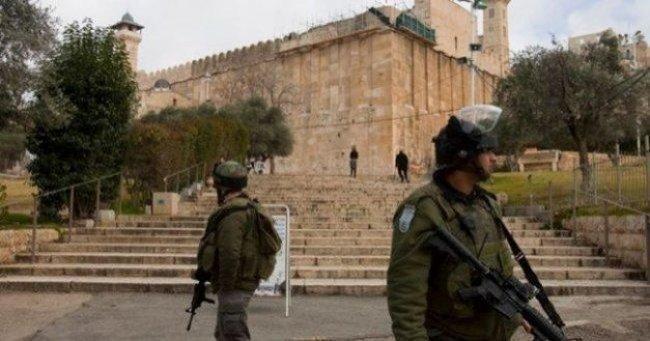 الاحتلال يعتقل شابا قرب الحرم الابراهيمي بزعم حيازته سكينا