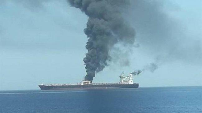 صور اولية .. غرق ناقلة نفط في بحر عُمان وايران تنقذ 44 بحارا واسعار النفط تقفز في الاسواق العالمية
