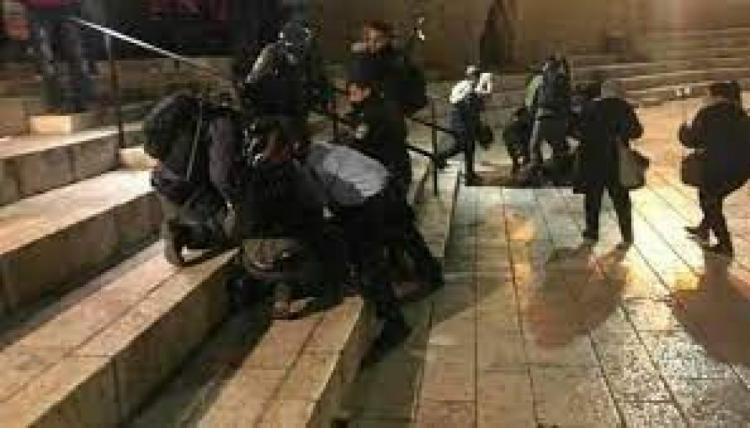 الاحتلال يعتدي على شبان قرب باب العمود في القدس