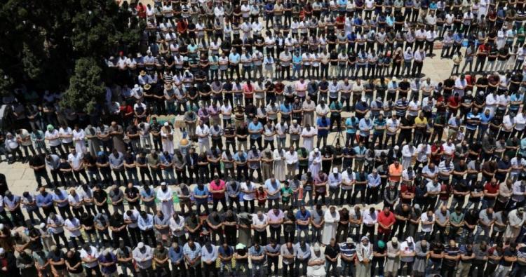 أكثر من 50 ألف يؤدون صلاة الجمعة في المسجد الاقصى