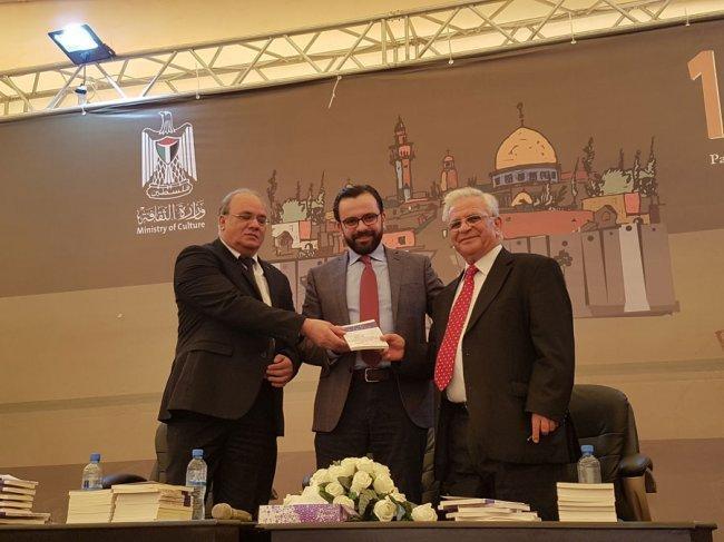 """توقيع كتاب """"القدس مدينة الله"""" بنسخته الإنجليزية للدكتور يونس عمرو"""