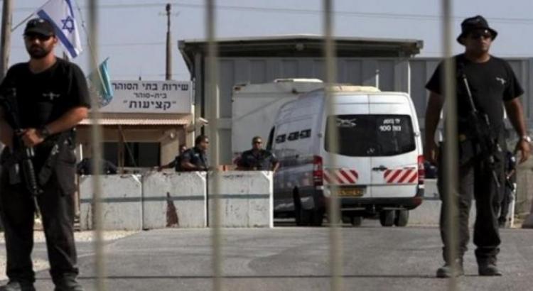 الاحتلال يمدد توقيف الأسير المصاب عبد الله أبو بكر ثمانية أيام