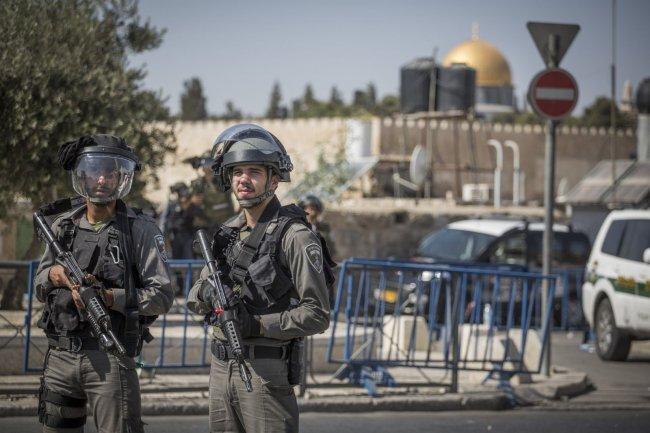 الاحتلال يبعد حارسين عن الأقصى لمدة 15 يوما