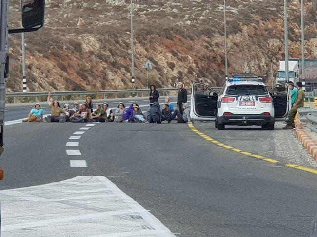 مستوطنون يهاجمون مركبات المواطنين والجيش يغلق الطرق وينصب الحواجز