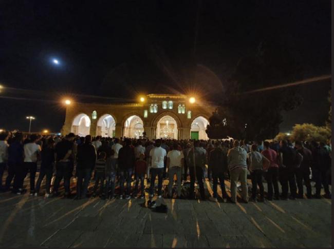 """الاحتلال يستعد لمنع الاعتكاف.. عشرات الآلاف يؤدون """"العشاء"""" و""""التراويح"""" بالأقصى"""