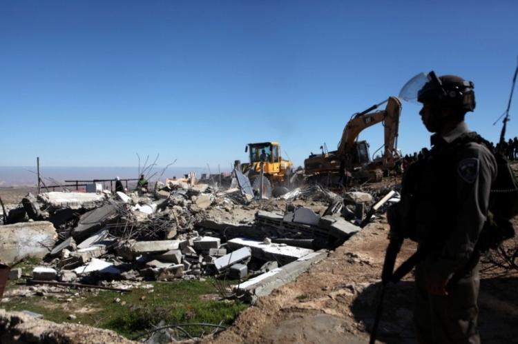 الاحتلال يهدم منزلا ومنشآت زراعية ويدمر شبكات مياه في الخليل