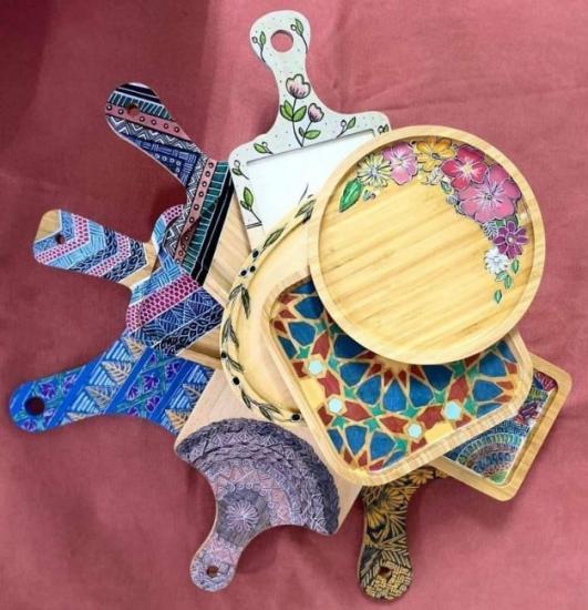 """مشروع """"ع التكة"""".. شغف المقدسية نور طوطح بالزخرفة على القطع الخشبية"""