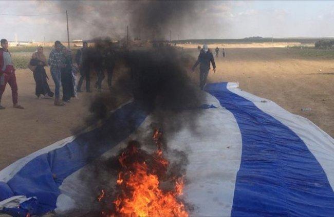 فيديو| المئات يتوافدون إلى حدود غزة استعداداً لجمعة حرق علم الاحتلال