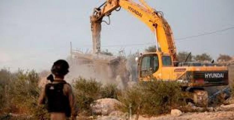 الاحتلال يهدم محددة في حزما ويستولي على معداتها