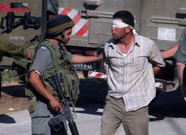 الاحتلال يعتقل شقيقين من بلدة إذنا