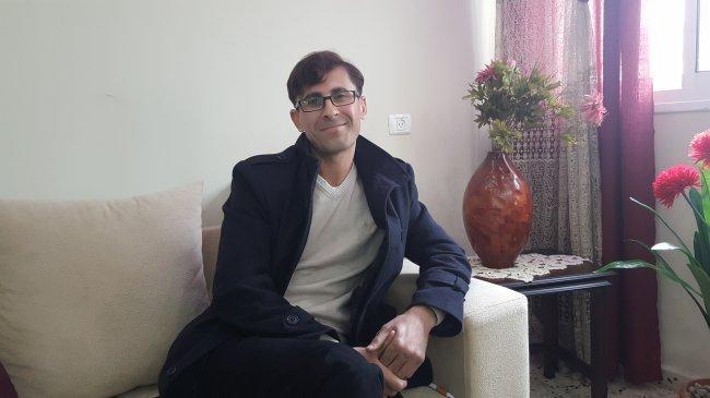 المحرر امجد الديك، صاحب البطاقة الحمراء في السجون