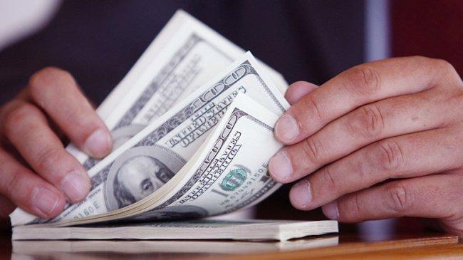 الدولار يهوي بفعل الرسوم الجمركية وتباطؤ الأجور