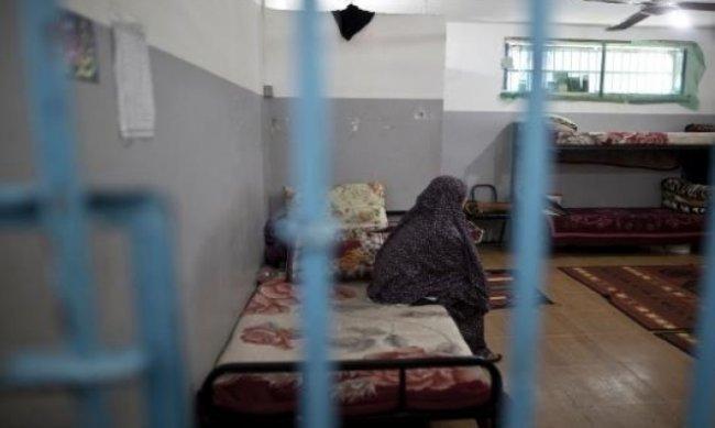 62 أسيرة يعشن أوضاعاً صعبة في سجون الاحتلال