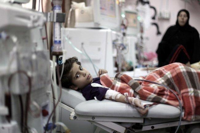 صحة غزة تحذر من آثار قطع رواتب الكوادر الصحية