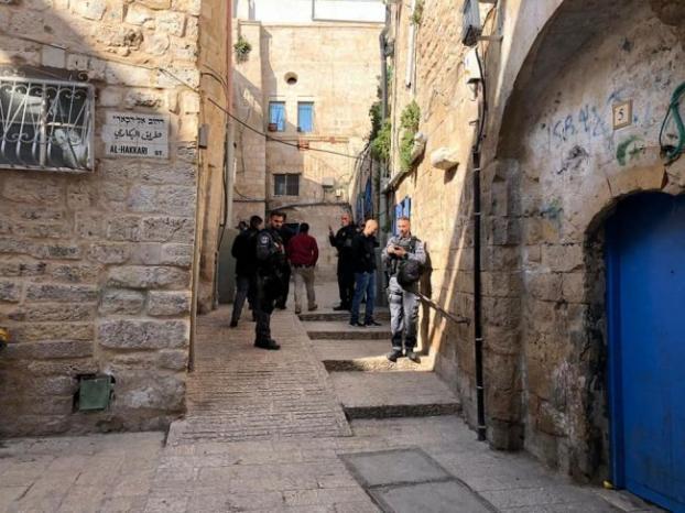 الاحتلال يحاصر منزل عائلة أبو عصب في القدس تمهيداً لتسليمه للمستوطنين