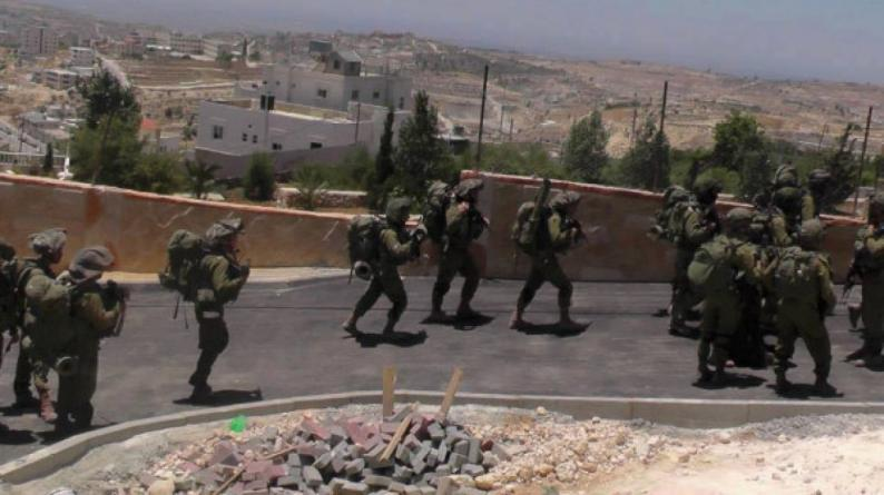 """الاحتلال يقتحم قرية """"بير الباشا"""" ويهدد باغتيال أسير محرر"""