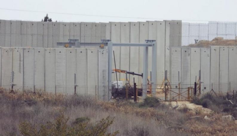الاحتلال يضع بوابة حديدية على الجدار الاسمنتي عند الحدود اللبنانية