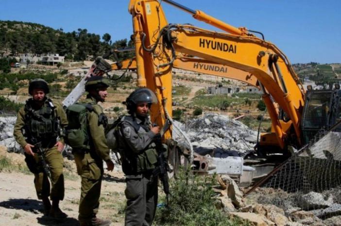 الاحتلال يخطر بهدم اربعة مساكن شرق يطا