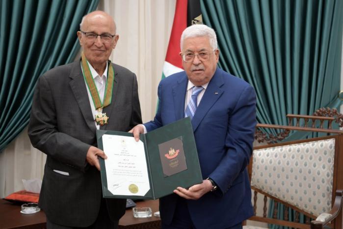الرئيس يقلد نبيل شعث النجمة الكبرى من وسام القدس