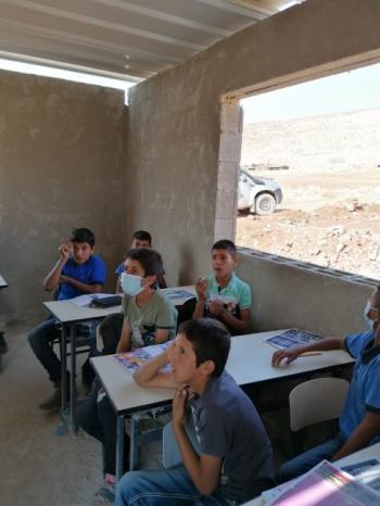 """مدرسة """"رأس التين"""" تواجه الاحتلال والمستوطنين ببناء من الطوب وسقف من الصفيح"""