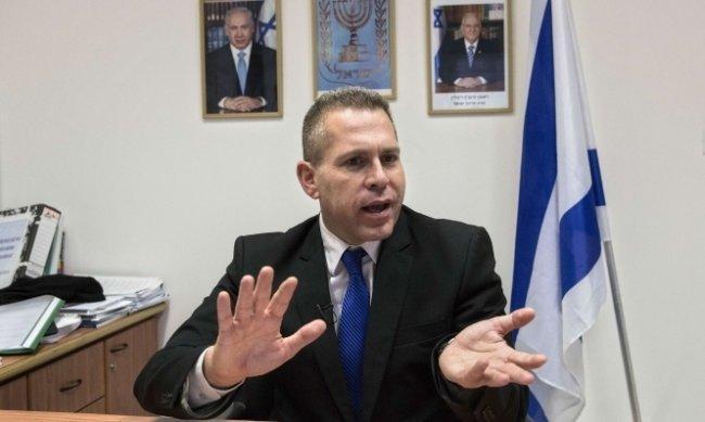 """جلعاد أردان يدعو إلى """"الإطاحة"""" بالرئيس عباس وتطبيق القانون الإسرائيلي على مستوطنات الضفة"""