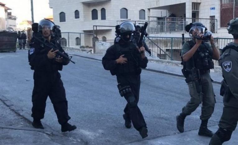 الاحتلال يعتقل شابًا ويعتدي على مواطنين في العيسوية