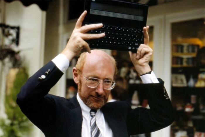 وفاة البريطاني مخترع الالة الحاسبة المحمولة والكمبيوترات المنزلية