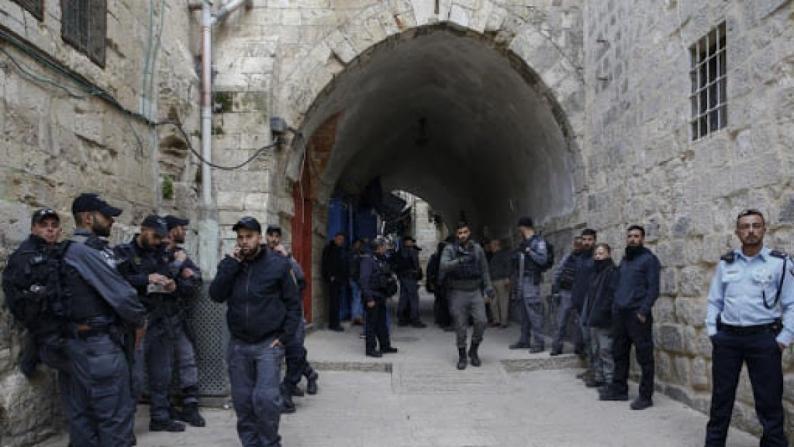 الاحتلال يقتحم عددا من الأحياء في البلدة القديمة بالقدس ويحرر مخالفات للمواطنين