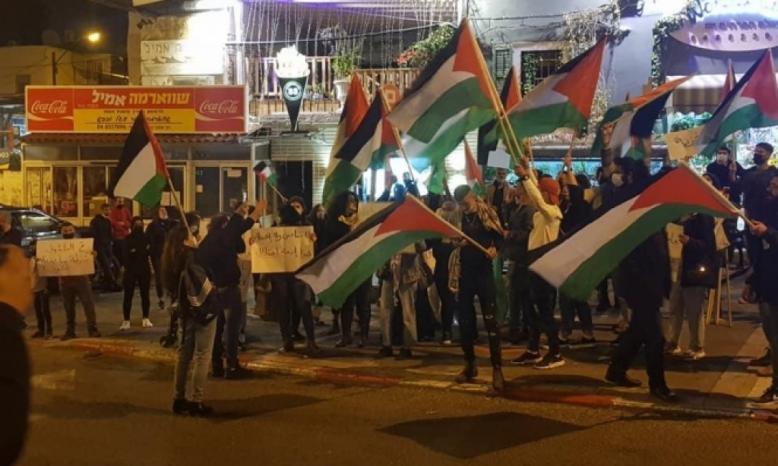حيفا: العشرات يتظاهرون ضد العنف والجريمة وتواطؤ شرطة الاحتلال