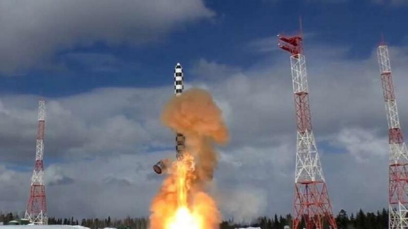 """روسيا تختبر صاروخ """"سارمات"""" الاستراتيجي وتطلق قمرا صناعيا عسكريا"""