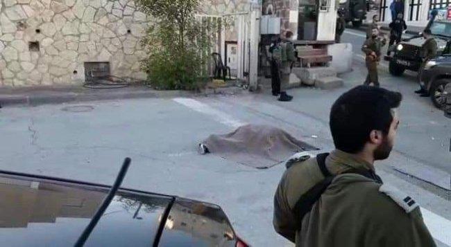 فيديو .. جنود الاحتلال يطلقون النار على شاب في الخليل