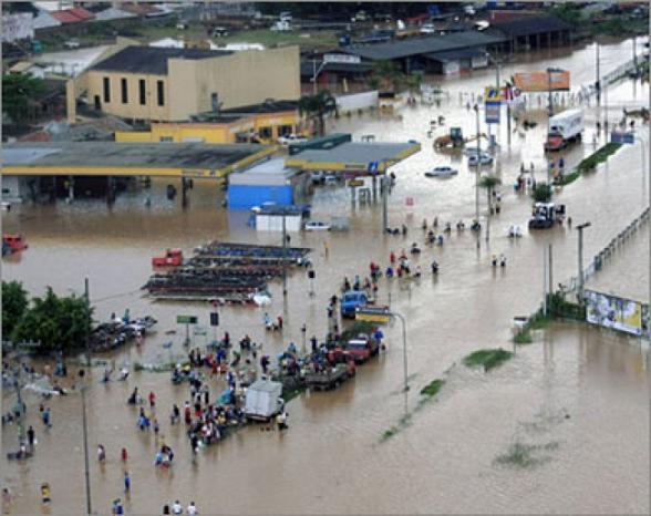 مقتل 37 فيتنامياً في فيضانات وانهيارات أرضية