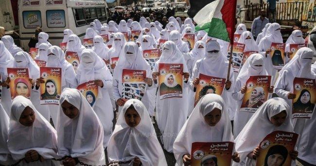 """""""ثوب أبيض"""" يجسد معاناة 62 أسيرة في سجون الاحتلال"""