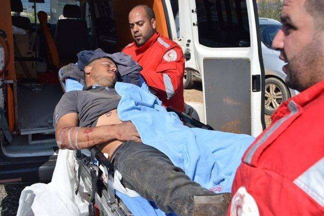 صور| مستوطنون يعتدون على الشاب بركات دراغمة ويصيبونه بجروح في الاغوار