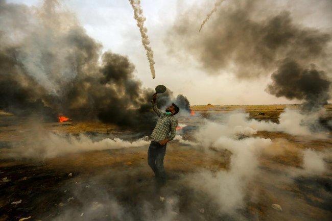شاب يصد قنابل الغاز بمضرب ويرجعها الى الاحتلال شرق خانيونس