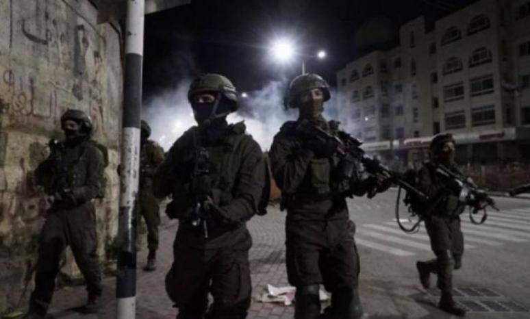 القدس: الاحتلال يعتقل 4 من أعضاء لجنة الطوارئ في صور باهر ويستولي على 300 طرد غذائي
