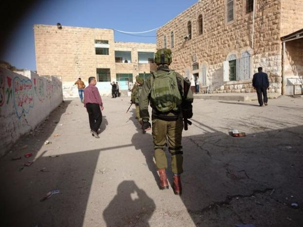 الخليل: الاحتلال يداهم مدرسة النهضة ويهدد بإطلاق الرصاص صوبها